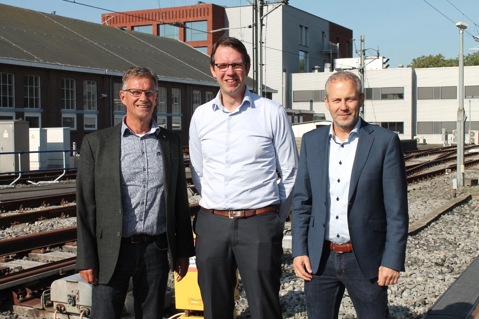 ProRail topman John Voppen (midden) met programmamanager Technisch Vakmanschap Frans Blom (links) en directeur van Railcenter Wiljo Florijn (rechts).